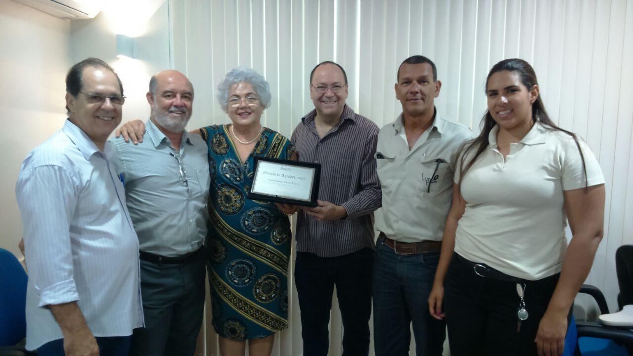 Lola Medeiros Ribeiro recebe do presidente do SINTEC, Bernardino José Gomes, a placa em homenagem aos serviços prestados por Zezéu Ribeiro à toda sociedade